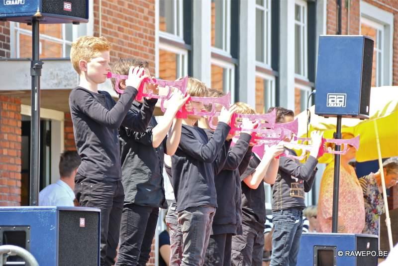 Vbs de negensprong schenkt cheque aan de speelkamer op schoolfeest - Moderne overwinning ...